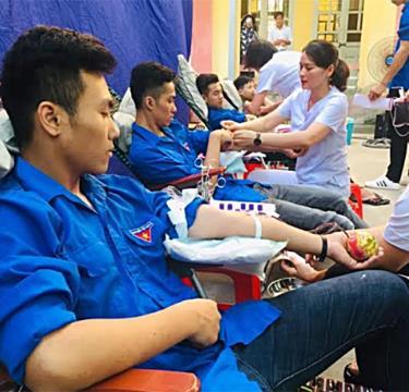 """Đoàn viên thanh niên thị xã Nghĩa Lộ tích cực tham gia Phong trào """"Hiến máu tình nguyện""""."""