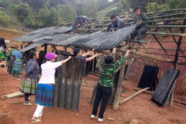 Nhân dân huyện Trạm Tấu giúp nhau xóa nhà dột nát.