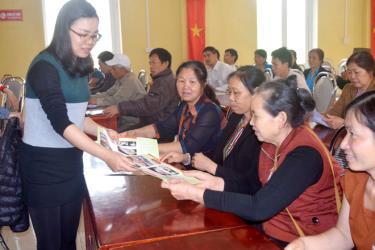 Khuyến nông viên xã Minh Bảo, thành phố Yên Bái phát tờ rơi tuyên truyền, hướng dẫn các hộ chăn nuôi thực hiện phòng chống bệnh dịch tả lợn châu Phi năm 2019.