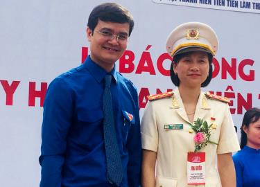 """Đại úy Khuất Thị Thu Hằng tại Lễ trao tặng Huy hiệu """"Thanh niên tiên tiến làm theo lời Bác""""."""