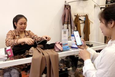 Tiêu dùng không tiền mặt đã dần trở thành thói quen của người tiêu dùng ở thành phố Yên Bái.