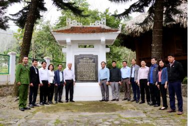 Học viên của Trung tâm Chính trị huyện Trấn Yên tham quan Di tích lịch sử Nhà ông Trần Đình Khánh tại xã Việt Hồng.