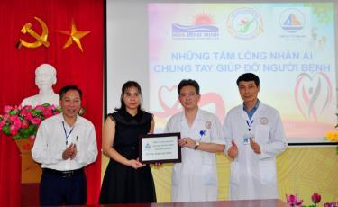 """Công ty TNHH Trang thiết bị y tế Anh Sơn trao hỗ trợ """"Nồi cháo nhân ái"""" cho Trung tâm Y tế huyện Trấn Yên. Ảnh: T.L"""
