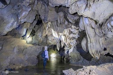 Phía bên trong, nhiều đoạn hang có không gian khá rộng, cao hàng chục mét.
