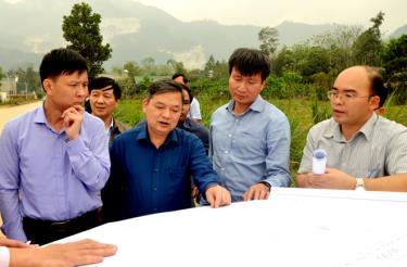 Đồng chí Dương Văn Thống - Trưởng đoàn Đại biểu Quốc hội khóa XIV tỉnh Yên Bái khảo sát công tác quy hoạch, phát triển đô thị tại huyện Lục Yên.