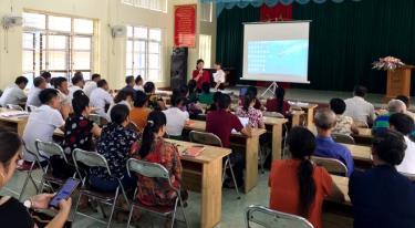 Một buổi giao ban giữa cán bộ Ngân hàng Chính sách xã hội thị xã Nghĩa Lộ và các tổ tiết kiệm & vay vốn tại xã Nghĩa An.