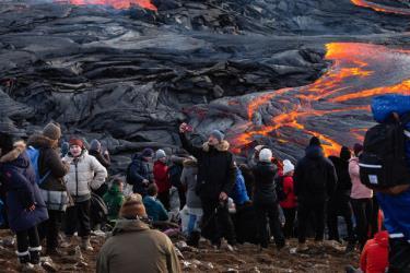 Hàng nghìn du khách đã đi bộ ra hai bên miệng núi lửa để ngắm nhìn dòng dung nham