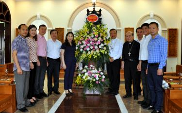 Phó Chủ tịch UBND tỉnh Yên Bái Vũ Thị Hiền Hạnh  tặng hoa chúc mừng Tòa Giám mục Hưng Hóa.