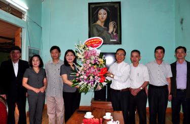 Đồng chí Trưởng ban Dân vận Tỉnh ủy Hoàng Thị Vĩnh cùng đoàn công tác tặng hoa chúc mừng Giáo xứ Bảo Ái