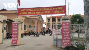 Chủ tịch UBND xã Tiên Minh đã ký quyết định tạm đình chỉ công tác hai công an viên xã liên quan vụ thu phí làm thẻ căn cước công dân (CCCD) gắn chíp cao hơn quy định.
