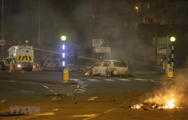 Một phương tiện bị đốt cháy trong bạo lực bùng phát tại Newtownabbey, phía Bắc Belfast, thủ phủ Bắc Ailen ngày 3/4/2021