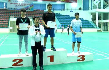 Ban tổ chức trao giải cho bộ môn đẩy gậy nam hạng cân trên 70 kg.
