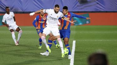 Khoảnh khắc đánh gót ghi bàn của Benzema