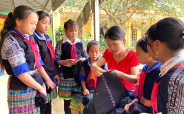 Cô giáo Trường PTDTBT Tiểu học &THCS La Pán Tẩn dạy khâu thêu cho các em học sinh.