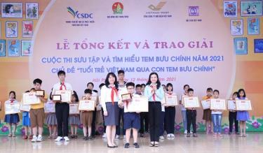 Ban Tổ chức trao giải đặc biệt của cuộc thi tặng thí sinh Lê Hoàng.