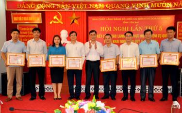 """Lãnh đạo Đảng bộ KCQ&DN tỉnh tặng giấy khen cho các tổ chức cơ sở đảng đạt """"trong sạch vững mạnh"""" tiêu biểu năm 2020."""