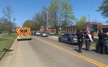 Cảnh sát và các đơn vị cứu hỏa đã được triển khai xung quanh trường Austin-East Magnet