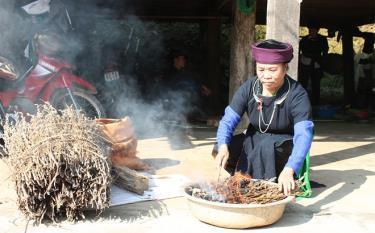 Không chỉ năng động trong công tác Hội Người cao tuổi, bà Hà Thị Thoa còn là một lương y giỏi về khám, chữa bệnh bằng y học cổ truyền.