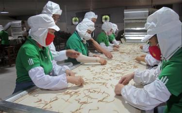 Công nhân Công ty cổ phần Yên Thành sơ chế măng xuất khẩu.