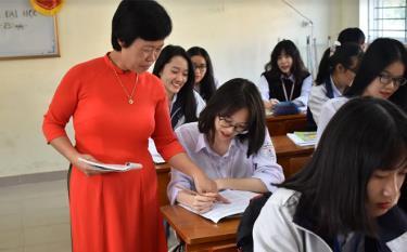 Cô giáo Phạm Thị Hồi - giáo viên trường THPT chuyên Nguyễn Tất Thành trong giờ lên lớp.