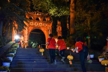 Đền Hùng sẵn sàng đáp ứng nhu cầu của du khách đến tham quan ban đêm.
