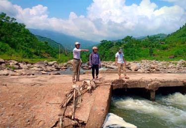 Cán bộ xã Phong Dụ Thượng, huyện Văn Yên kiểm tra ngầm tràn và các vị trí xung yếu trong mùa mưa lũ.