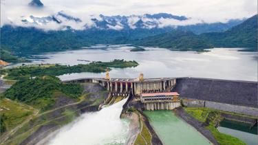 Hồ thủy điện Tuyên Quang.