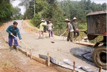 Nhân dân xã Đại Lịch tham gia kiên cố hóa đường giao thông nông thôn.