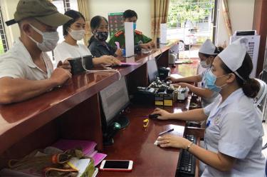 Người dân đến đăng ký khám bệnh tại Trung tâm Y tế huyện Trấn Yên.