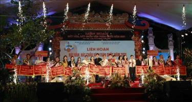 18 đơn vị tham dự Liên hoan hát Văn, hát Chầu Văn toàn quốc năm 2021 nhận cờ lưu niệm của Ban tổ chức.