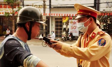 Cán bộ, chiến sỹ Đội CSGT đường bộ số 1, Phòng CSGT, Công an tỉnh Yên Bái tăng cường kiểm tra và xử lý lái xe vi phạm nồng độ cồn và ma túy.