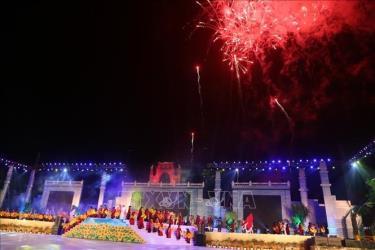 Trình diễn bắn pháo hoa chào mừng khai mạc lễ hội Đền Hùng 2019.