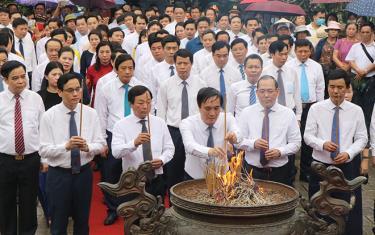 Lãnh đạo tỉnh Phú Thọ dâng hương tại đền thờ Đức Quốc Tổ Lạc Long Quân và Đền thờ Tổ mẫu Âu Cơ.