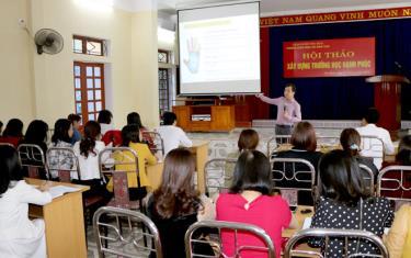 Các thầy cô giáo nghe tiến sỹ tâm lý Phạm Văn Tư - Trường Đại học Sư phạm Hà Nội trao đổi về quan điểm, mục tiêu, cách thức xây dựng trường học hạnh phúc.