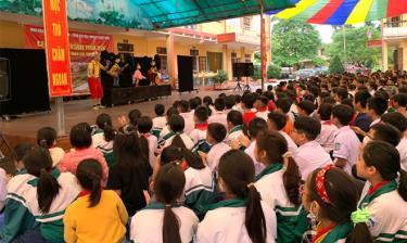 Tiết mục Múa rối hấp dẫn được đông đảo học sinh, thầy cô, phụ huynh hưởng ứng, cổ vũ.