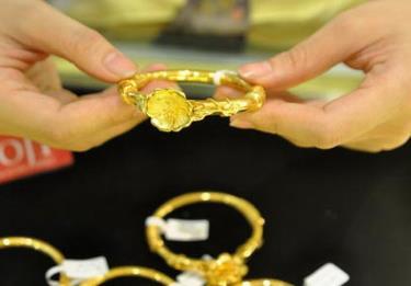 Giá vàng sáng 19/4 tiến sát mốc 56 triệu đồng/lượng.