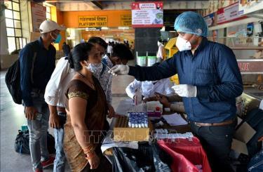Nhân viên y tế lấy mẫu xét nghiệm COVID-19 cho người dân tại New Delhi, Ấn Độ, ngày 9/4/2021. (Ảnh minh họa)