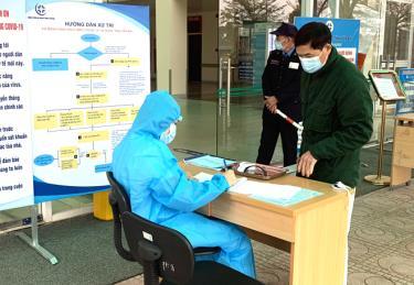 Khai báo y tế là điều kiện bắt buộc của mọi công dân khi đến cơ sở khám chữa bệnh trên địa bàn tỉnh Yên Bái. (Ảnh: Thủy Thanh)