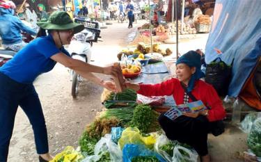 Tuổi trẻ Yên Bái tuyên truyền người dân giảm thiểu sử dụng túi nilon, rác thải nhựa.
