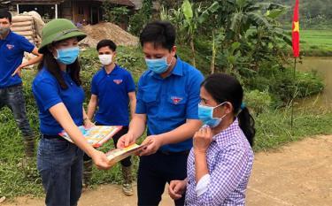 Tuổi trẻ huyện Văn Yên phát tờ rơi tuyên truyền phòng chống dịch Covid - 19 tới người dân.