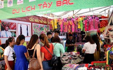 UBND thị xã phối hợp với Sở Công Thương duy trì tổ chức các hội chợ thương mại nhằm đưa hàng Việt đến tay người tiêu dùng.