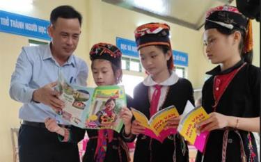 Học sinh Trường Phổ thông Dân tộc Bán trú Tiểu học xã Yên Thành đọc sách, báo tại thư viện nhà trường.