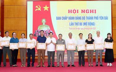 Bí thư Thành ủy Yên Bái Đỗ Đức Minh tặng giấy khen cho các tập thể có thành tích xuất sắc trong thực hiện Chỉ thị 05, giai đoạn 2016 - 2021.