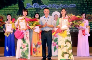 Lãnh đạo Đảng ủy Khối Cơ quan và Doanh nghiệp tỉnh trao giải cho các thí sinh tham dự Hội thi