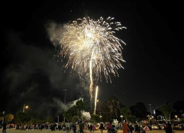 Quảng Ninh bắn pháo hoa tầm thấp tại Quảng trường 30/10, TP Hạ Long dịp Tết dương lịch 2021.