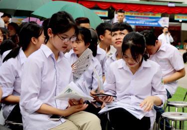 Học sinh tìm hiểu thông tin tại Ngày hội tư vấn hướng nghiệp, tuyển sinh, việc làm năm 2020.