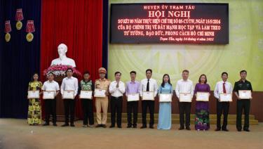 Lãnh đạo huyện Trạm Tấu trao giấy khen của UBND huyện cho các tập thể có thành tích tiêu biểu trong học tập và làm theo tư tưởng, đạo đức, phong cách Hồ Chí Minh giai đoạn 2016 - 2021.