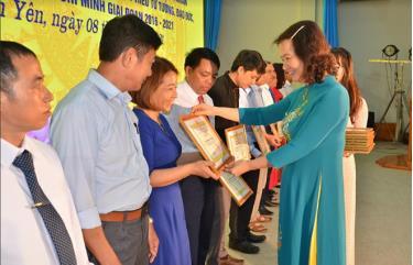 Lãnh đạo huyện Văn Yên tặng giấy khen cho Chi bộ thôn Khe Bút trong việc thực hiện Chỉ thị số 05, giai đoạn 2016 - 2021.