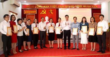 Ban Tổ chức trao giấy chứng nhận và phần thưởng cho các thí sinh xuất sắc Tuần 1 tại Cuộc thi.