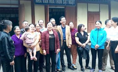 """Phụ nữ thôn Sặt Ngọt trao đổi về các tiêu chí thực hiện Cuộc vận động xây dựng gia đình """"5 không, 3 sạch""""."""